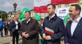 Szef PSL Władysław Kosiniak-Kamysz rozdawał w Łowiczu flagi narodowe i promował kandydata ludowców na europosła