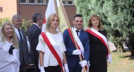 Święto patrona w SP nr 7 w Łowiczu. Nowy sztandar na 20. rocznicę papieskiej wizyty (ZDJĘCIA, VIDEO)