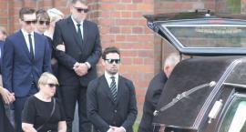 Mąż znanej aktorki pożegnał zmarłego ojca w podłowickich Zdunach (FOTO)