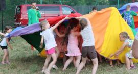 Deszczowy Dzień Dziecka na boisku przy ul. Łyszkowickiej w Łowiczu (ZDJECIA, WIDEO)