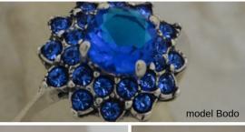Szafiry pod lupą, czyli srebrne pierścionki z niebieskimi kamieniami. Co warto o nich wiedzieć?