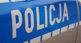 Pijani kierowcy na drogach w Łowickiem. Jeden uderzył w drzewo, drugi w bariery ochronne