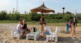W dechę mebelki stanęły na miejskiej plaży w Łowiczu