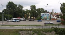 Skarga na burmistrza Łowicza. Mieszkańcy kamienicy w centrum miasta mają dość imprez na parkingu za ratuszem