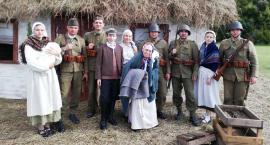 """Łowiccy """"Dziesiątacy"""" wcielili się w żołnierzy na rekonstrukcjach historycznych"""