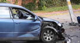 Kolizja przed cmentarzem w Łowiczu. Audi uszkodziło słup energetyczny