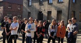 Młodzież ze Zduńskiej Dąbrowy z wycieczką w Oświęcimiu