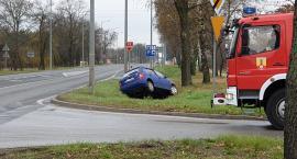 Dwa auta zderzyły się na drodze krajowej nr 92 w Łowiczu. Skoda zatrzymała się w rowie