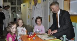 """Akcja """"Czytam na zdrowie"""" - burmistrz Łowicza w łowickim szpitalu"""