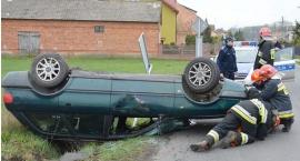 Pijany kierowca dachował autem i uciekł z miejsca wypadku