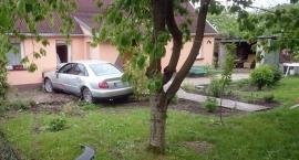Kierowca Audi w zderzeniu z budynkiem mieszkalnym