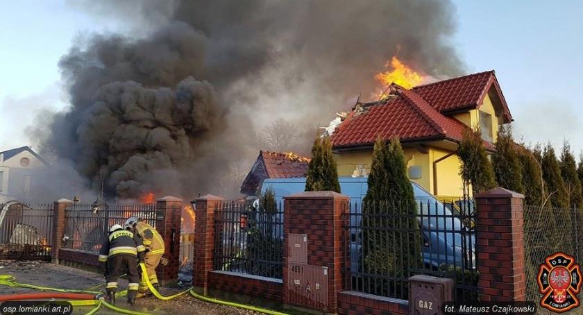 Pożar w Łomiankach: akcję gaśniczą prowadziło kilkudziesięciu strażaków.