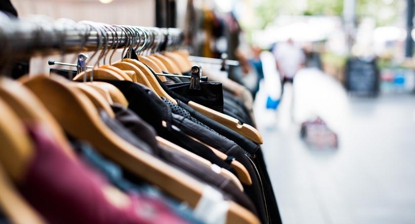Foto: kasjerka i klientka wspólnie usiłowały ukraść odzież, artykuły spożywcze i przemysłowe warte ponad 900 złotych.