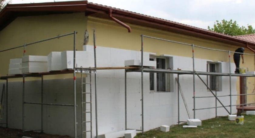 Inwestycje, Ruszyły prace termomodernizacją trzech budynków Kampinosie - zdjęcie, fotografia