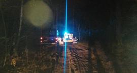 Chory na cukrzycę zasłabł i uderzył w drzewo – nocne poszukiwania mężczyzny