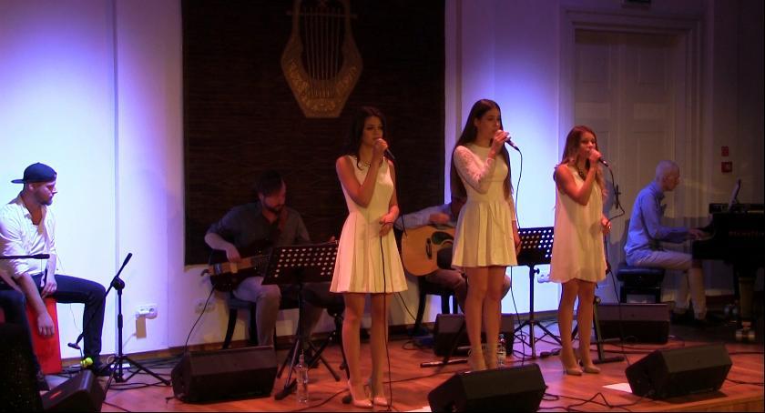 Imprezy, Koncert piosenek świątecznych wykonaniu zespołu Niekompletni - zdjęcie, fotografia