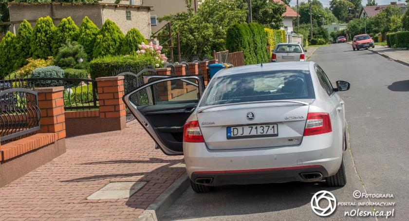 Na sygnale, promilami mercedesem wjechał ogrodzenie - zdjęcie, fotografia