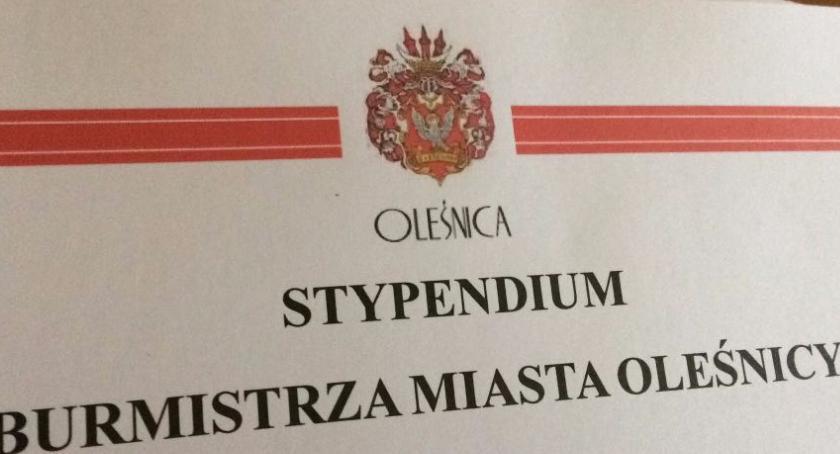Kultura, Uczniowie oleśnickich szkół otrzymali stypendia - zdjęcie, fotografia