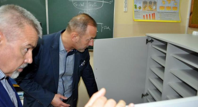 Samorząd, Kolejna partia sprzętu komputerowego trafiła oleśnickich szkół - zdjęcie, fotografia