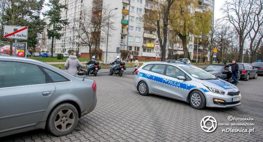 Na sygnale, Policjanci eliminują ruchu drogowego pojazdy które niesprawne technicznie - zdjęcie, fotografia