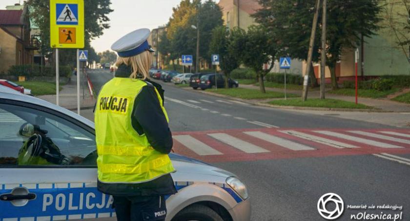 Wydarzenia, policjanci kontrolują prędkość - zdjęcie, fotografia