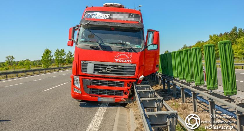 Na sygnale, Ciężarówka wjechała bariery - zdjęcie, fotografia