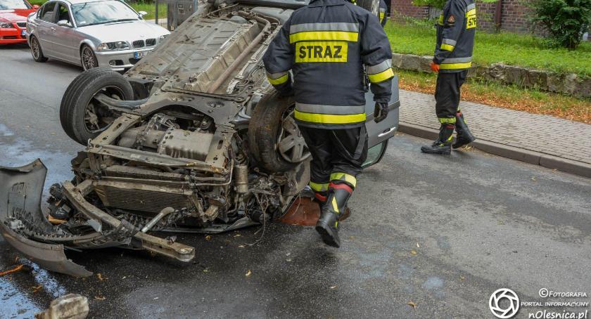 Na sygnale, Dachowanie Moniuszki kierowca wydmuchał promila - zdjęcie, fotografia