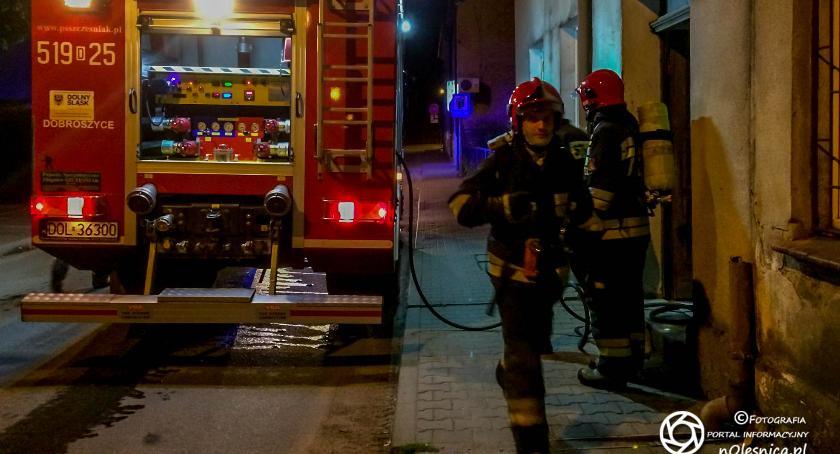 Na sygnale, Nocny pożar budynku gospodarczego Dobroszycach - zdjęcie, fotografia
