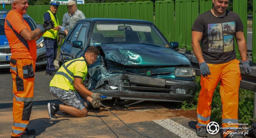 Na sygnale, Kierowca Skody uderzył bariery trasie - zdjęcie, fotografia