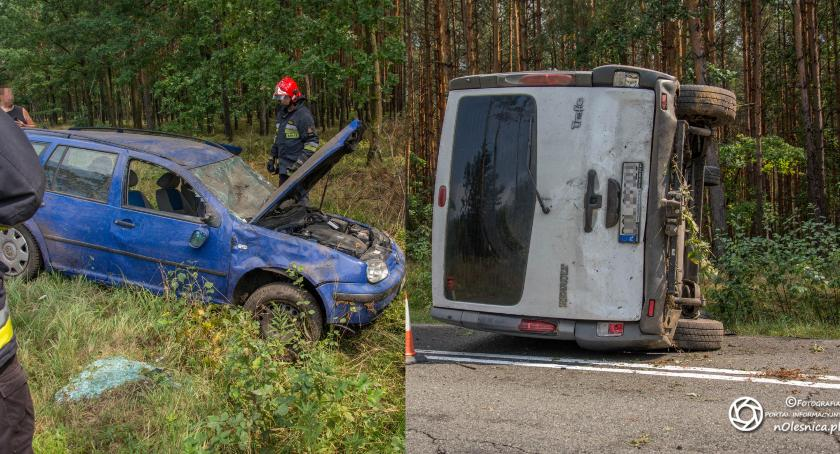 Wydarzenia, Wypadek drodze pomiędzy Miodarami Sosnówką jedno dachowało drugie leży - zdjęcie, fotografia