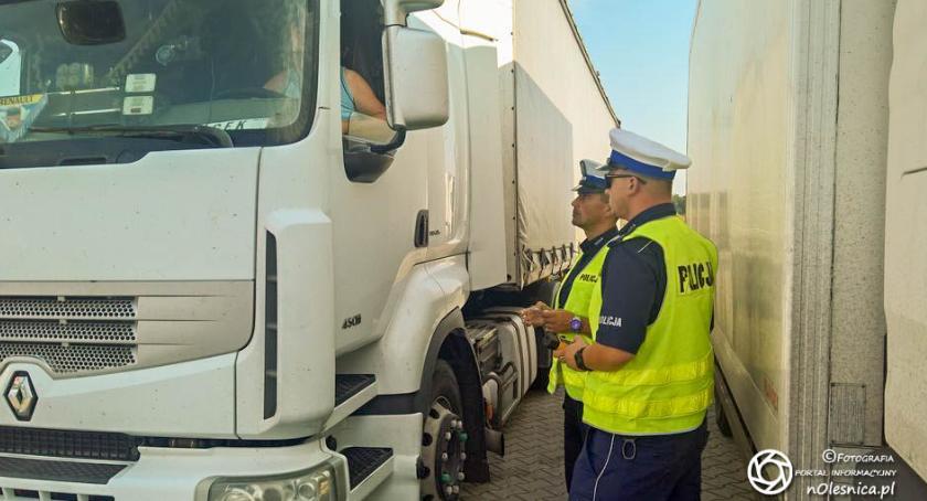 Wydarzenia, Oleśnicka drogówka kontroluje cieżarówki - zdjęcie, fotografia