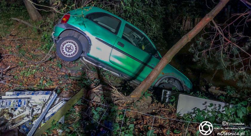 Na sygnale, Ucieczka kierowcy Corsy lądowanie stawie nietrzeźwy - zdjęcie, fotografia