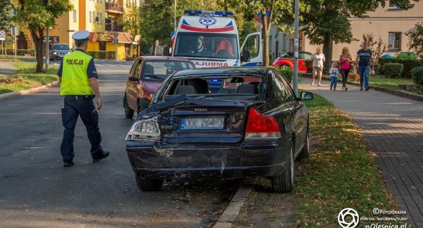 Na sygnale, Autobus wjechał zaparkowane pojazdy - zdjęcie, fotografia