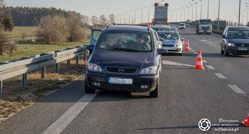 Na sygnale, Kolizja trzech pojazdów trasie - zdjęcie, fotografia