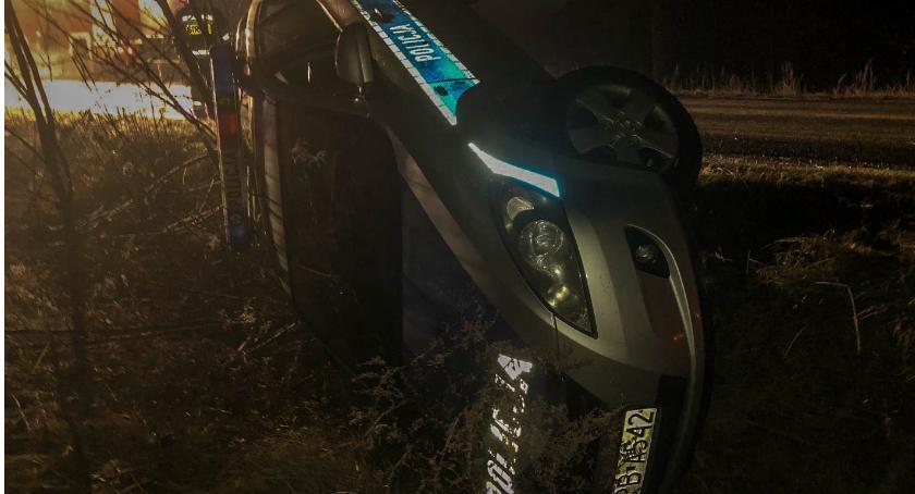Na sygnale, Kumulacja zdarzeń drogowych razem radiowóz rowie - zdjęcie, fotografia