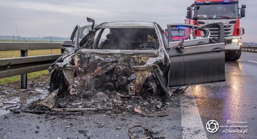 Na sygnale, Pożar samochodu trasie - zdjęcie, fotografia