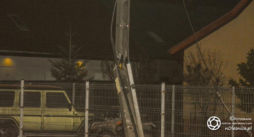 Na sygnale, Ciężarówka uszkodziła słup energetyczny odjechała miejsca zdarzenia - zdjęcie, fotografia