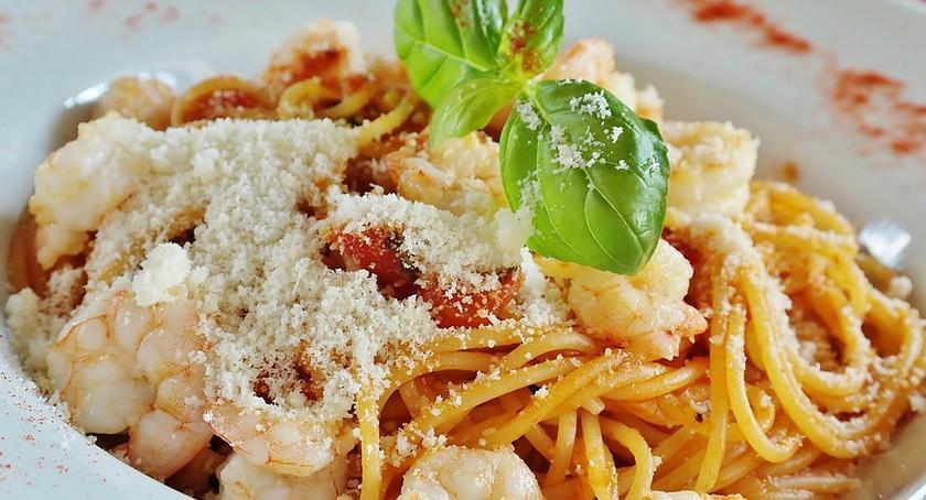 Kulinaria, Bezglutenowe spaghetti krewetkami pomidorkami koktajlowymi - zdjęcie, fotografia
