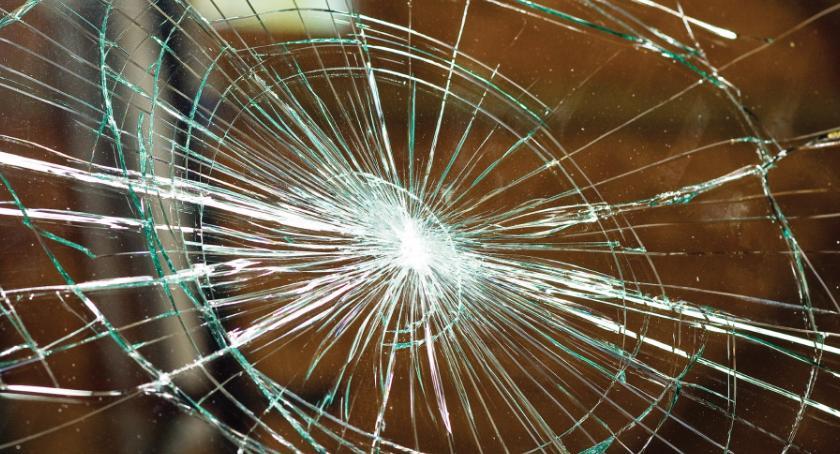 Na sygnale, Wracał imprezy wybijał szyby witrynach grozi więzienia - zdjęcie, fotografia