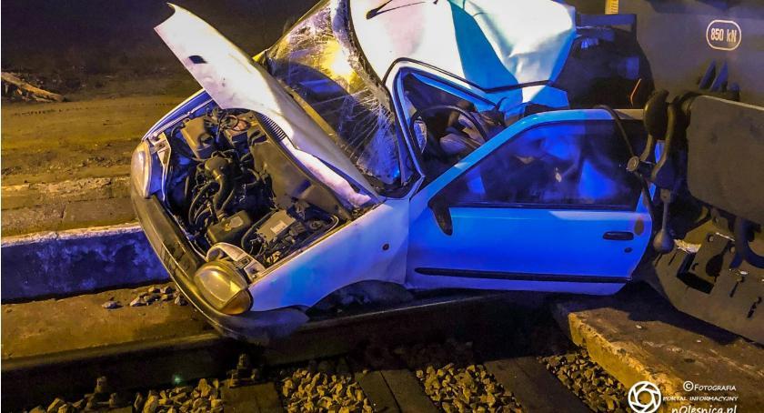 Na sygnale, Pociąg zmiażdżył osobówkę kierowca miał promile - zdjęcie, fotografia