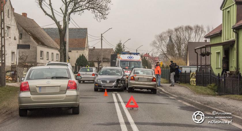 Na sygnale, Zdarzenie drogowe udziałem trzech pojazdów Solnikach Wielkich - zdjęcie, fotografia