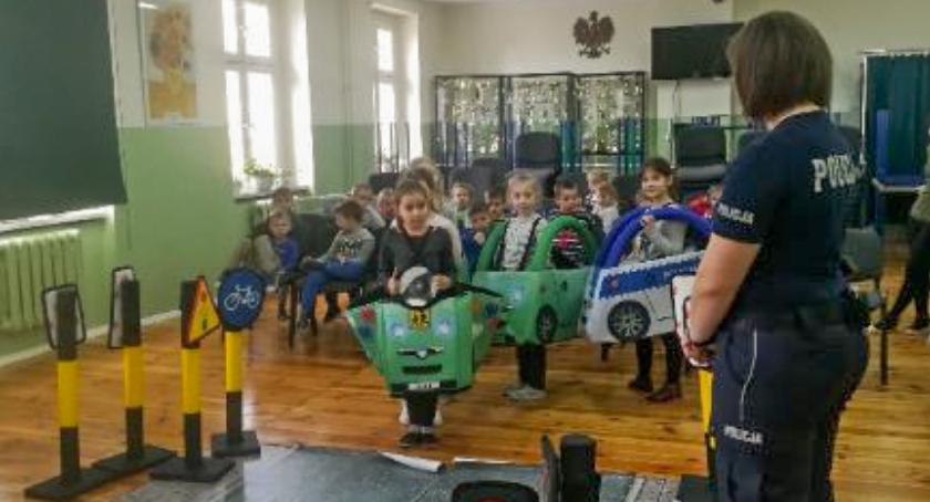 Wydarzenia, Policjanci wizytą gminnej podstawówce - zdjęcie, fotografia