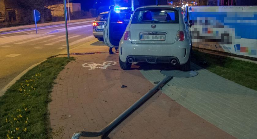 Na sygnale, Fiacik powalił drogowy - zdjęcie, fotografia
