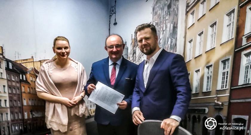 Wydarzenia, Burmistrz podpisał umowę sprawie sprzedaży działki - zdjęcie, fotografia