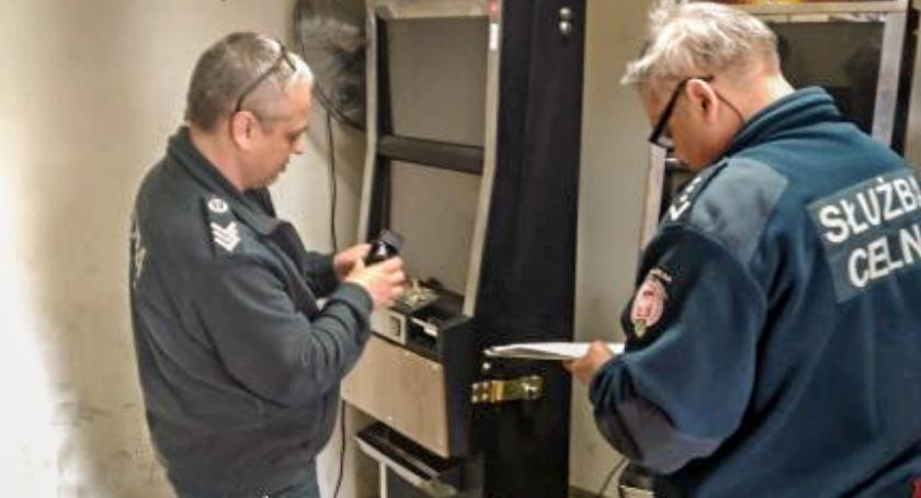 Na sygnale, Syców policjanci zabezpieczyli nielegalne automaty - zdjęcie, fotografia