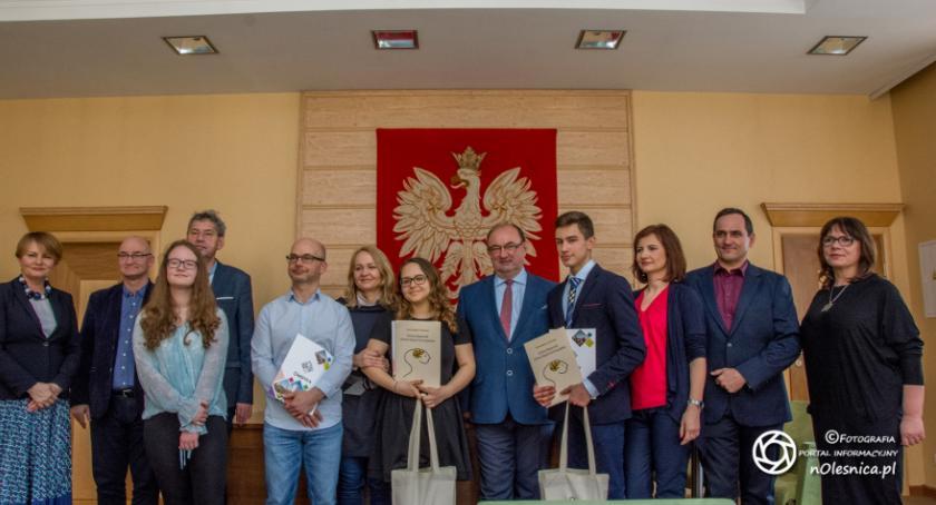 Wydarzenia, Laureaci konkursów wizytą burmistrza - zdjęcie, fotografia
