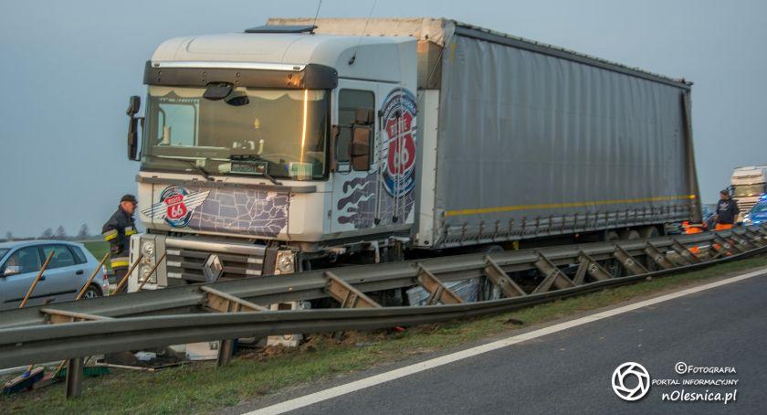 Na sygnale, Wystrzał opony ciężarówka barierach - zdjęcie, fotografia