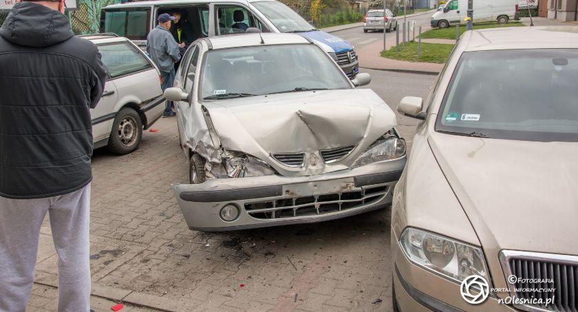 Na sygnale, Kierowca zasłabł staranował pojazdy - zdjęcie, fotografia