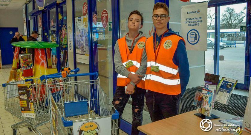 Wydarzenia, Młodzi wolontariusze zbierają żywność - zdjęcie, fotografia