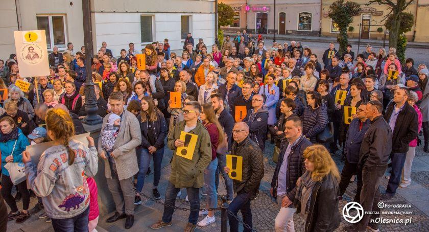Wydarzenia, Oleśniczanie solidaryzują nauczycielami manifest poparcia rynku - zdjęcie, fotografia